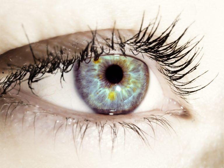 una mancha en el blanco del ojo