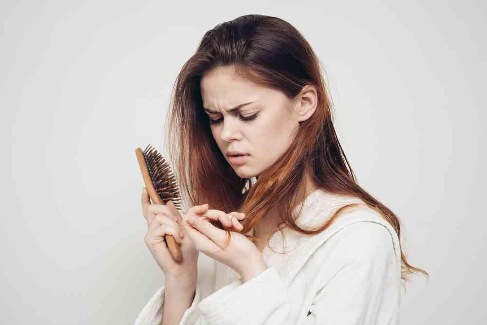 wypadanie włosów po ciąży a farbowanie
