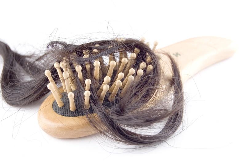 łysienie plackowate - szczotka z włosami