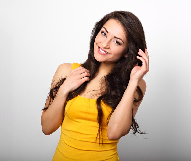 domowa maseczka z jajka - kobieta w żółtej sukience